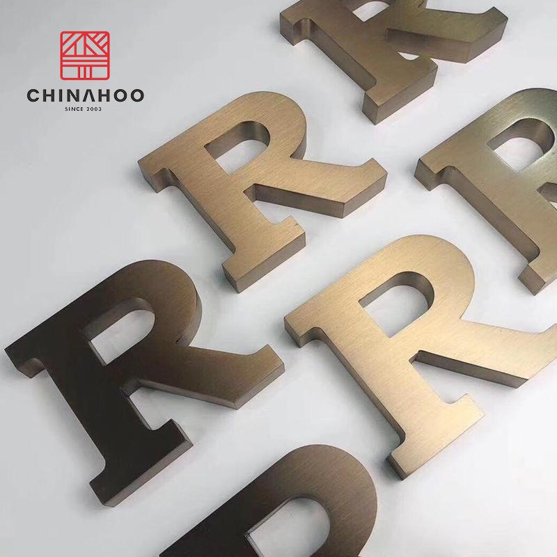 O uso interno de publicidade é pequeno rústico do alfabeto letras de metal reciclado para porta da frente