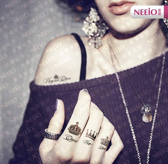 Татуировка перстень с короной на среднем пальце