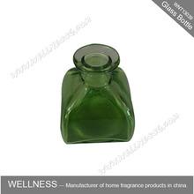 reed difusor de botella de vidrio en la plaza de color verde