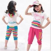 Caras sonrientes de niños de ocio trajes t- shirt y pantalones de dos piezas traje