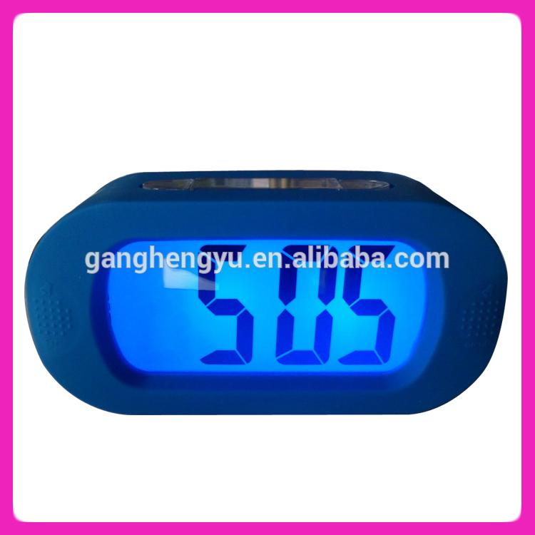 Tabla reloj digital con luz de fondo, hablando del reloj despertador, gran pantalla del reloj digital
