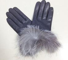 La pelliccia di volpe guanti di pelle di pecora. Guanti neri delle donne. Sport outdoor