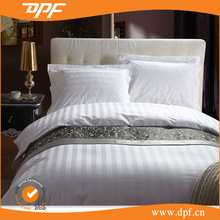 Wholesale fully combed cotton 300T king size white luxury hotel bedding with silver bed runner