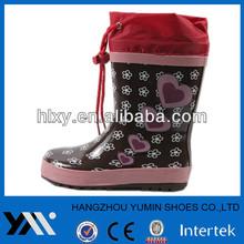 Black base and pink heart shape flat-heeled kids rain boot
