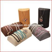 La forma de almohada moderno exhibición de la joyería de collar, joyas únicas muestra con una cuerda de algodón