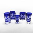 Azul escuro luz azul sobreposição mão gravado copo bebendo de vidro / vidro tiro vinho provindo copo /