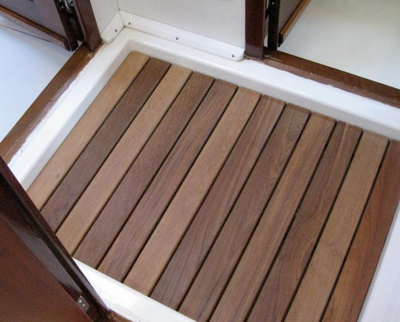 Teak Vloer Badkamer : Douche op houten vloer