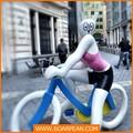 personnage de dessin animé en fibre de verre statue sculpture chat blanc sur le vélo