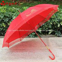 auto clásico de encaje de la boda paraguas sombrilla