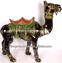 camello de artesanía de latón