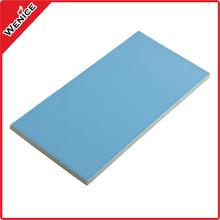tejas vidriadas de color azul claro de la piscina olímpica
