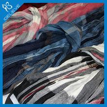 La elegancia del tinte del hilado pañuelo de los hombres, arruga bufanda casual