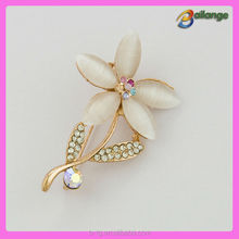 2015 wholesale fancy rhinestone brooch flower shape design brooch pin unisex cheap wedding flower brooches from china