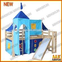 miúdo de madeira da cama do sotão com barraca set