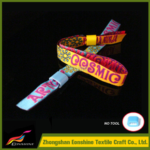 Guangdong promotional gifts plastic lock wristband for movable night club bar