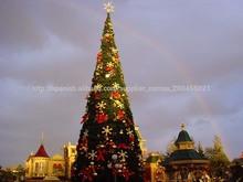 Exterior arbol de Navidad con diferentes adornos para Navidad
