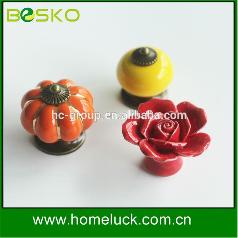 Vente en gros rouge en forme de fleur en céramique poignée de porte de l'usine