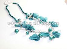 Flor moda e colar de jóias frisado