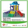 Familia usando los niños juegan equipo de diapositivas --- tamaño pequeño