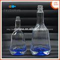azul cielo de fondo claro de cristal de forma de triángulo botella de vodka