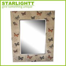 hermoso espejo de la pared con la impresión de mariposa