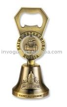 antigüedades de latón mano cena campanas con el abrelatas de botella
