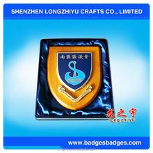Satén caja del escudo de madera fundición esmalte placa del premio trofeo