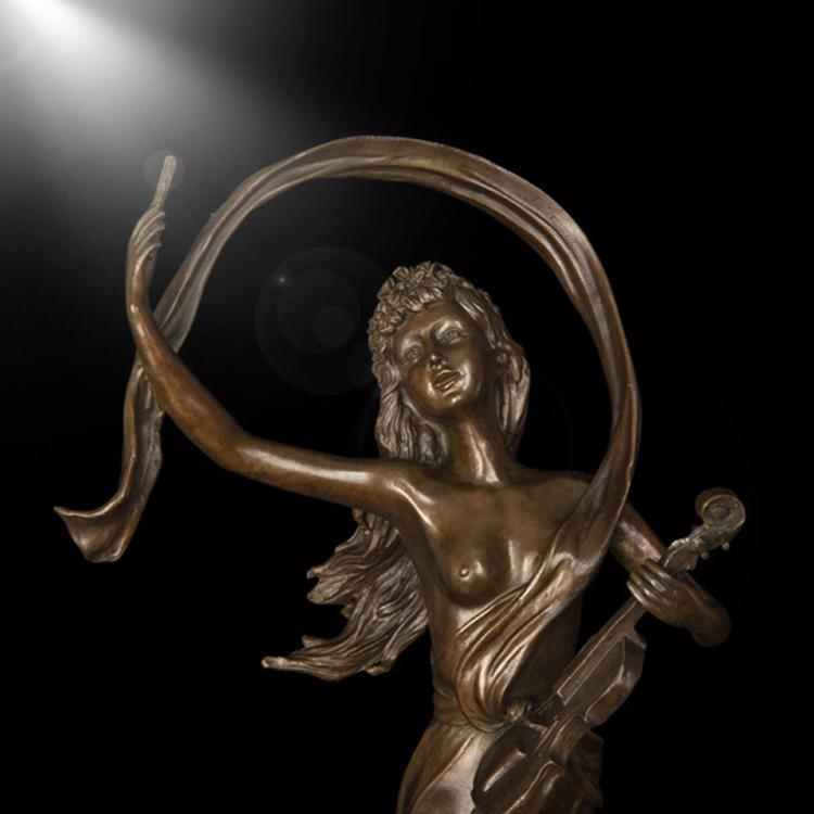 Famosa escultura <span class=keywords><strong>de</strong></span> <span class=keywords><strong>bronze</strong></span> moderna jovem senhora que joga o violino para decoração <span class=keywords><strong>de</strong></span> interiores