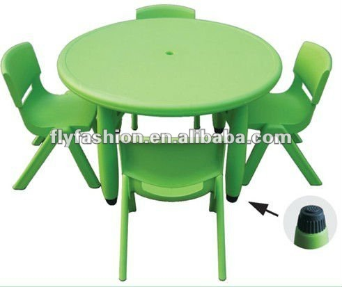 Mesa para ni os y una silla mesas y sillas de pl stico en for Mesa y sillas ninos