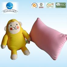 giallo carino scimmia si trasformano in u forma e forma cuscino quadrato