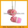profesional de auriculares en la oreja del auricular de flores