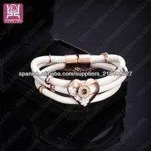 pulsera blanca de 3 correas con abalorio de corazón de oro rosa
