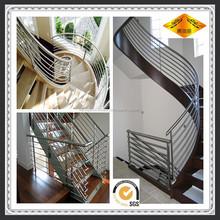 utiliza el pasamano de la escalera de hierro forjado