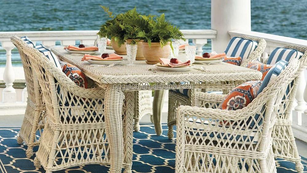 Intrincado tejido a mano retro mesa de comedor y elegante sillón ...