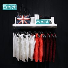 Vêtements boutique murales suspendus côté de marchandises plateau et vernis de cuisson vêtements de présentoir