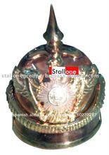 en miniatura casco con accesorios dorados
