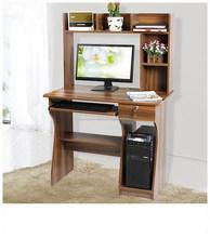 Simple moderna sala de estar estudio de series de escritorio de la computadora con librero