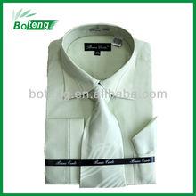 De vestido dos homens camisa com gravata e lenço embalagem