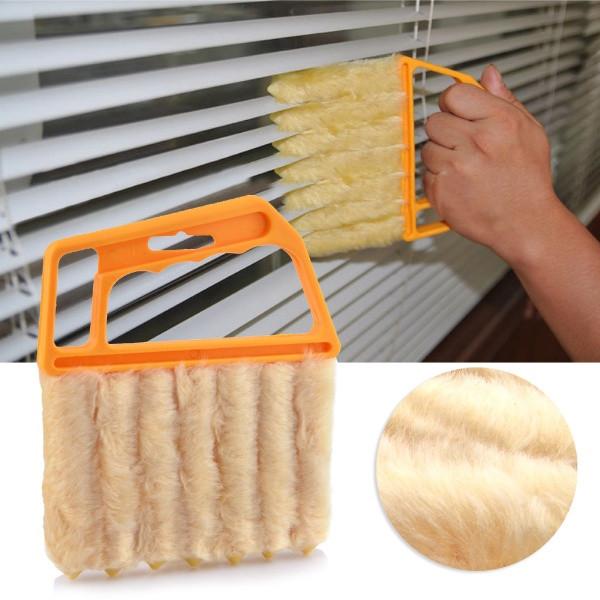 Как помыть жалюзи? Для этой цели можно использовать специальную щётку, которая позволяет избавиться от осевшей на полосах пыли, не демонтируя жалюзи. Щетка семипальцевая и позволяет одновременно чистить 6 ламелей одновременно с двух сторон.