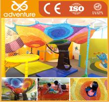 Árvores coloridas de nova cordas subir parque infantil