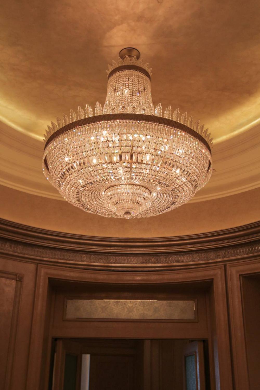 sala banchetti e bella sala decorazione del soffitto lampadari ...