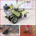 Agricultores profesionales utilizan diesel y gasolina clase sierpe o cultivador es acerca de la siembra, la escarda, la excavaci