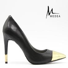 Zapatos de vestir de señora hermosa
