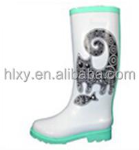 белый ботинки дождя с помощью кошек и рыб печатных