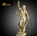 equilibrio decoración del bufete de abogados figura de la Diosa de la Justicia en resina