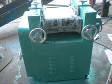 Three-roller grinding machine for poor mobility materials