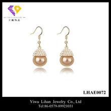 Pendiente de la perla del oro que cuelga del oído Tops Diseños