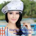 Sombreros elegantes de iglesia en gris o blanco para damas hechos de lazo de satén