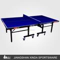 Tables de tennis de table pour l'école. à l'aide