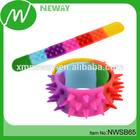 Colorido spiky encaixe banda tapa pulseira banda